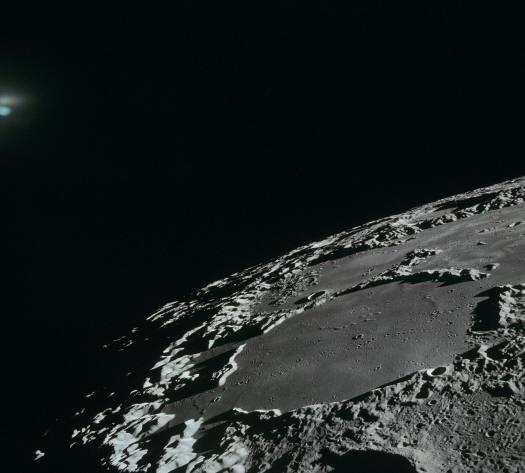 И снова загадочное синее свечение над поверхностью Луны