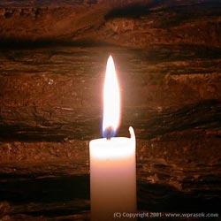 Горящая свеча очищает воздух