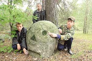 У каменной головы любят собираться деревенские подростки.