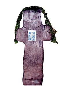 Чудотворный крест растет из-под земли