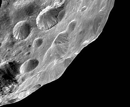 Кассини исследует загадочный спутник Сатурна