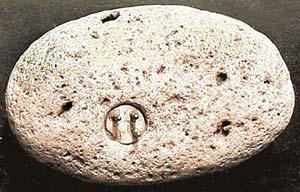 Камень, из которого она торчит, невелик, да и сама вилка - с копеечную монету.