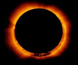 Странный объект между Солнцем и Луной во время солнечного затмения